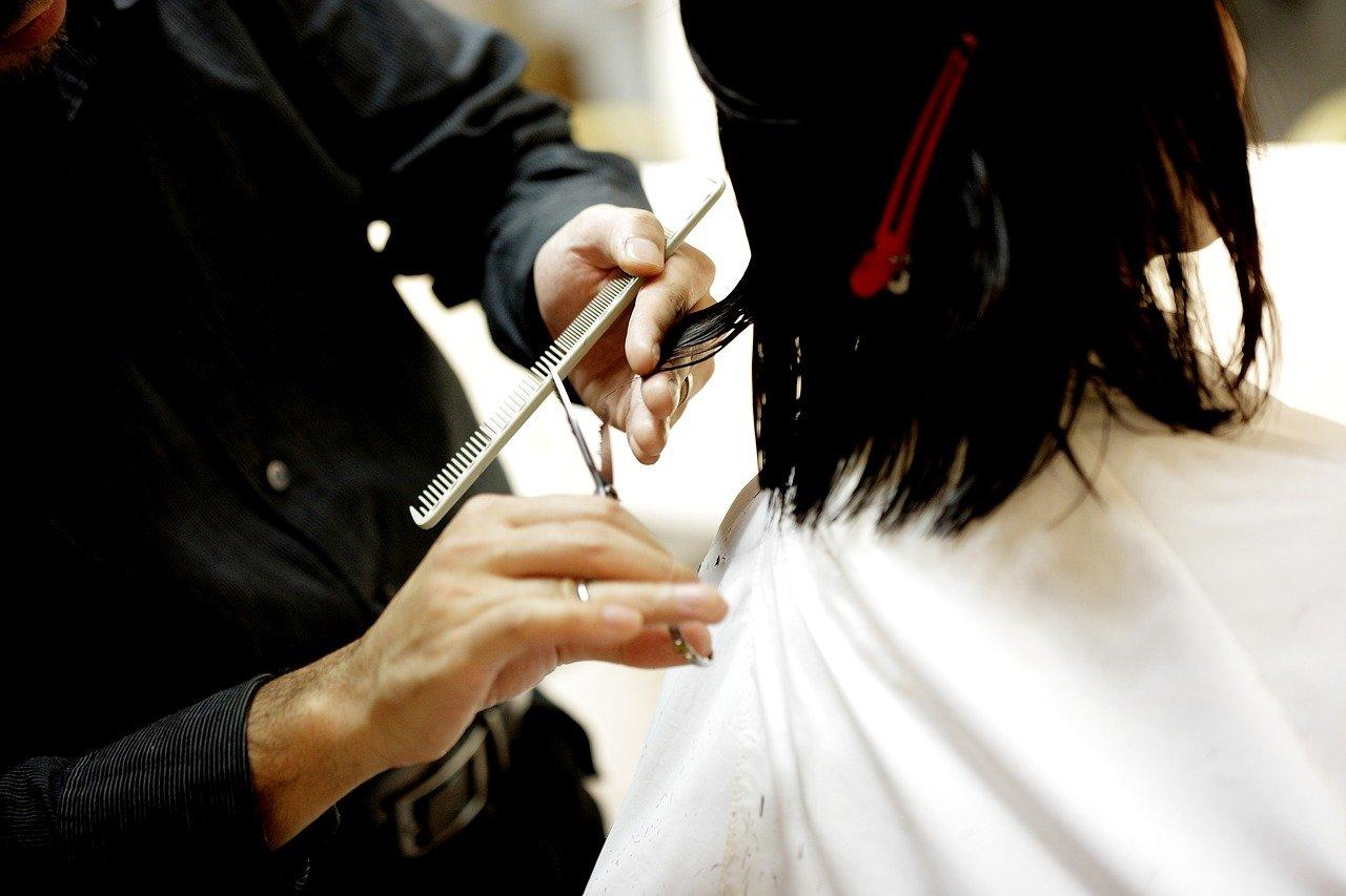 Guide Comment couper ses propres cheveux : hommes et femmes